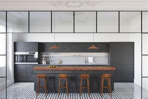 d馗oration d une cuisine decoration cuisine mélangez le noir le blanc et le bois