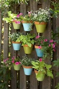 Hängende Pflanzen Für Draußen : bunte blument pfe f r kleine pflanzen am gartenzaun ~ Sanjose-hotels-ca.com Haus und Dekorationen
