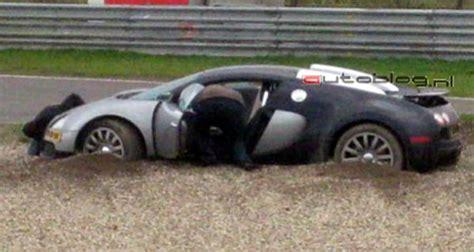 worst bugatti crashes bugatti veyron suffers crash on racetrack wreckedexotics com