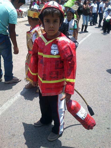 reciclaje de papel peri 211 dico disfraz de bomberito