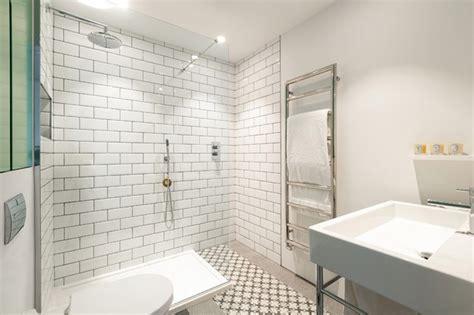 salle de bain avec du carrelage m 233 tro