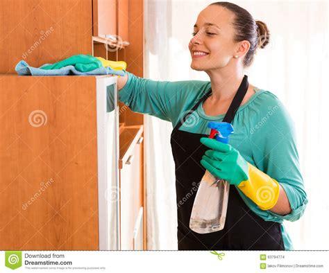 femme de bureau nettoyage de femme au bureau photo stock image 63794774