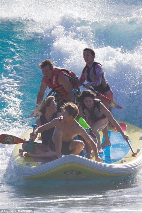 dennis quaid hawaii dennis quaid holidays in hawaii with santa auzina daily