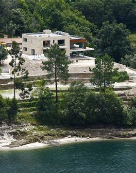 cristiano ronaldo celebrates his new house at geres