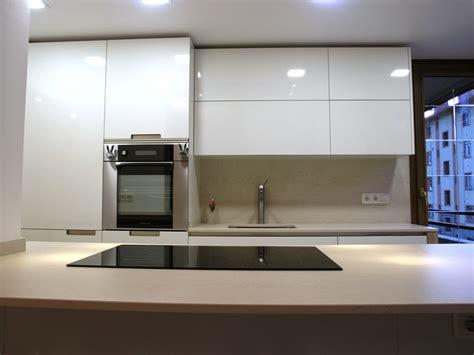 cocina de perfil minimalista  se adapta al entorno