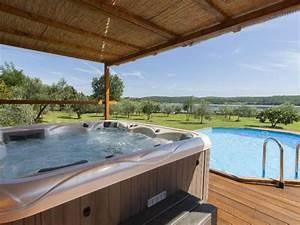 Ferienhaus in pomer premantura mit whirlpool boot pool for Whirlpool garten mit bonsai wohnung