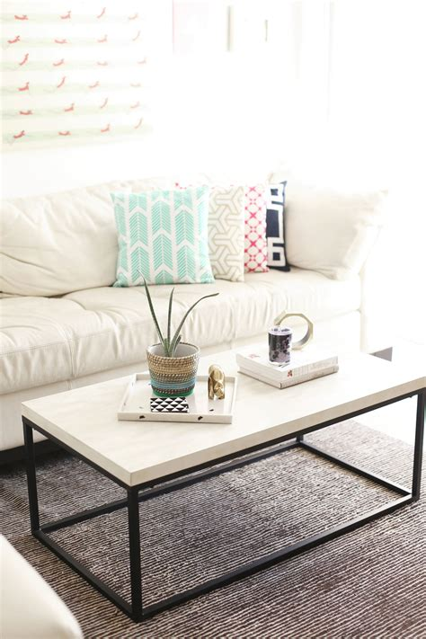 In a perfect world, we'd all have immaculately styled coffee tables —ones with perfect monochrome stacks of fashion books, designer candles, and towering floral arrangements. How to Style a Coffee Table Like An Interior Designer — Kristi Murphy | DIY Blog