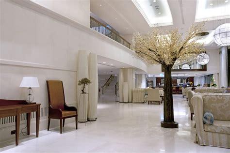 baum im haus  interiors mit dekorativem baum