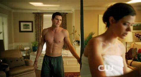 robbie amell shirtless tomorrow people manhunt daily