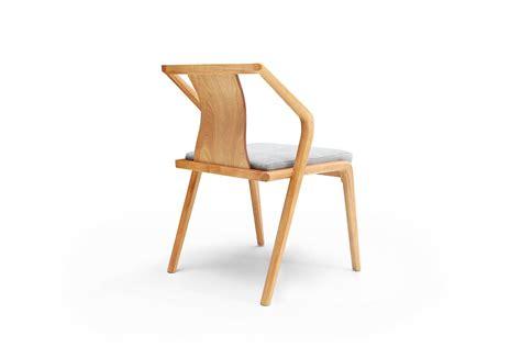 chaise bois design chaise design en bois et coussin gris dewarens