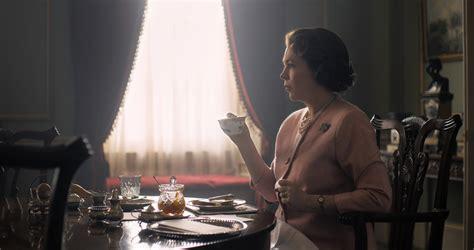 The Crown: Olivia Colman aparece como Rainha Elizabeth II ...