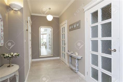 chambre avec miroir chambre couloir blanc et gris couleur galerie avec