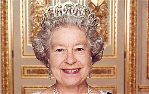 Přihlížela z buckinghamského paláce rozpadu britské koloniální říše i vstupu své země do evropských společenství. Celebwiki.cz - královna Alžběta II.