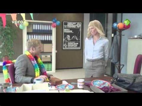 un bureau souhaite un joyeux anniversaire à collègue de