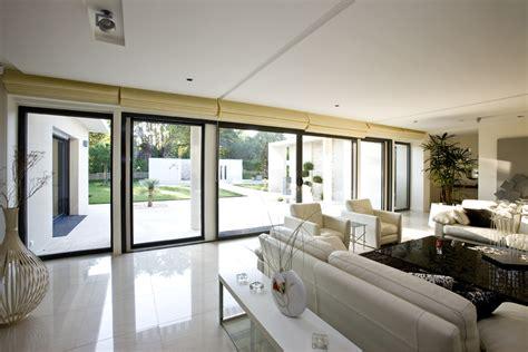installer une baie vitree agence briques en stock