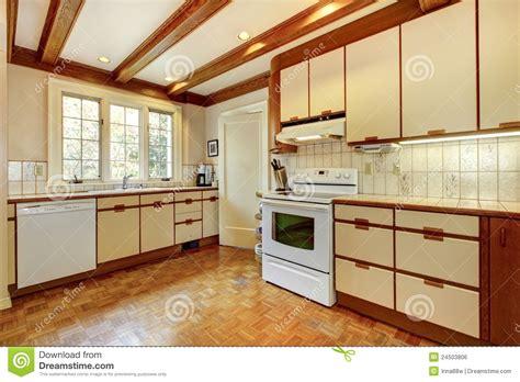 vieille cuisine vieille cuisine blanche et en bois simple photo stock