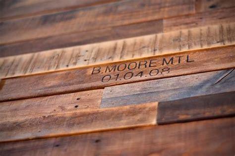 planche de bois avec ecorce comment faire un mur en bois de palette