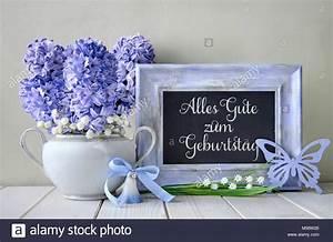 Blau Auf M Bau : blaue dekorationen und hyazinthen blumen auf wei tisch tafel mit text fr hling alles gute ~ Frokenaadalensverden.com Haus und Dekorationen