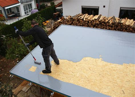 Terrasse Abdichten Flüssigkunststoff flachdachabdichtung auf der dachfl 228 che verteilen