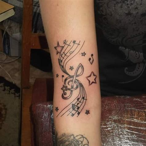 photo tattoo portee musicale avec notes de musiques