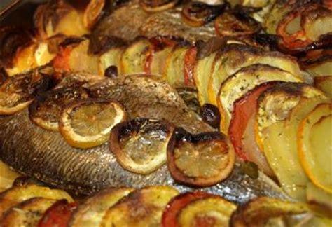 cuisiner le bar entier recette de poisson au four harissa com
