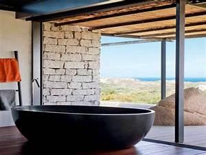 Salle de bain zen avec baignoire resine noire et vue mer for Salle de bain design avec résine décorative pour sol