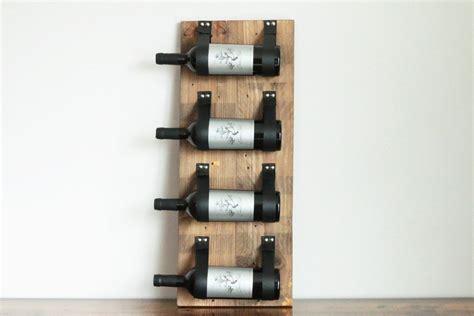 ce porte bouteilles mural fait de bois recycl 233 recueilli de fa 231 on 233 cologique est rehauss 233 de
