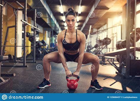 squats doing weight using female kettle bell hurkzit wijfje gebruiken gewicht doen het