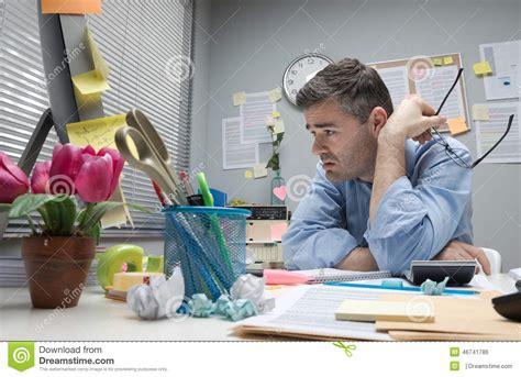 employe de bureau employé de bureau déprimé à bureau photo stock image