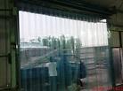 裝上PVC門簾,人員、車輛進出方便,冷氣也可有效的留於室內,上、下班時PVC門簾也不會影響到鐵捲門的開或關。