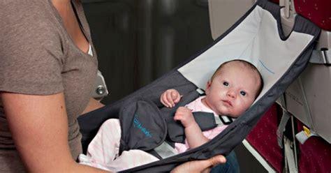 siege bebe avion le flyebaby un lit hamac pour voyager avec bébé en avion