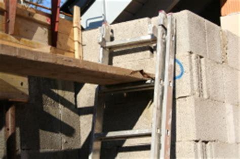 gerüst für treppenhausrenovierung bauunternehmen baufirmen bauunternehmen handwerker bau infos