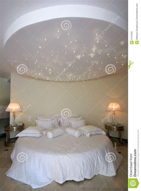 Rundes Bett Mit Sternlampe Auf Der Decke Stockfoto