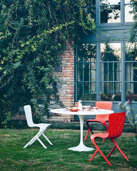 chaise en polycarbonate saarinen tulip dining table dining tables from knoll international architonic