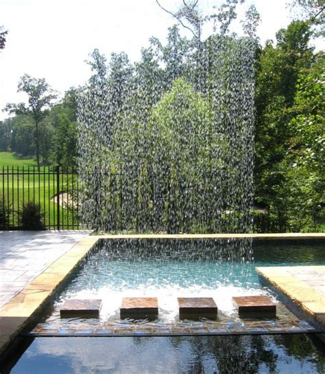 Wasserspiel Im Garten Mit Brunnen, Bach Oder Wasserfall