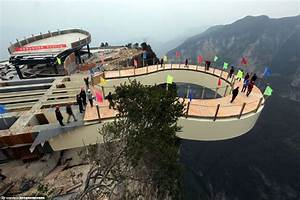 Chongqing builds record-breaking transparent skywalk[1 ...