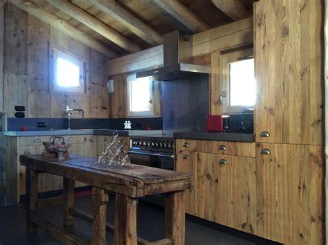 cuisine en vieux bois ablondi bois menuiserie méribel les 3 vallées vacances