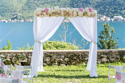 chaise cristal arch for the wedding ceremony decorated with cloth and