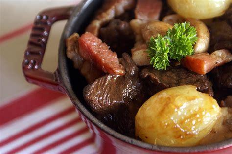 cuisiner un bourguignon boeuf bourguignon recette du boeuf bourguignon avec marinade au vin par chef simon