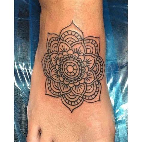 tatouage dessus pied mandala femme tatouage femme
