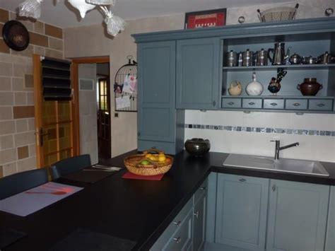 modele placard de cuisine en bois cuisine cottage avec portes en chêne massif l p n s