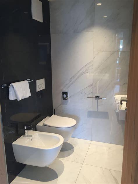 Kleines Badezimmer Mit Xxl Fliesen In Marmoroptik