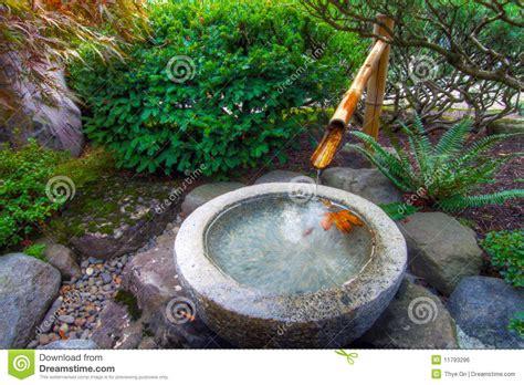 fontaine d eau en bambou dans le jardin japonais image libre de droits image 11793296