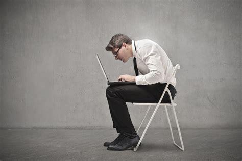 homme qui pisse assis travailler assis est dangereux pour votre sant 233 voici 17 solutions sant 233 simples et efficaces