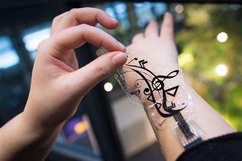 lichterkette mit heißkleber befestigen sensorfolie verwandelt unterarm in touchscreen ingenieur de