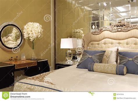 miroir dans chambre le mur de miroir dans la chambre à coucher photo stock