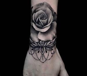 Tatouage Bras Femme Fleur : 1001 id es tatouage rose poignet elles poussent sur la peau ~ Carolinahurricanesstore.com Idées de Décoration