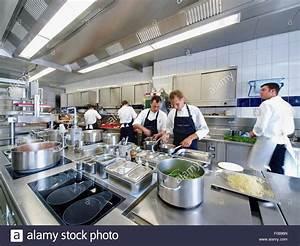 Restaurant In Wolfsburg : k che arbeiten in modernen k che des restaurant aqua wolfsburg deutschland stockfoto bild ~ Eleganceandgraceweddings.com Haus und Dekorationen