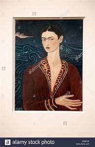 Frida Kahlo Kunstwerk : malerei selbstbildnis tr gt ein samtkleid im museo frida kahlo in coyoacan in mexiko stadt ~ Markanthonyermac.com Haus und Dekorationen