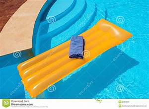 Matelas Gonflable Pour Piscine : matelas flottant dans la piscine image stock image du ~ Dailycaller-alerts.com Idées de Décoration